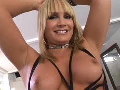 Squirtende Blondine beim interracial Analfick